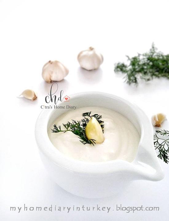 Sarımsaklı Yoğurt sosu / Turkish garlic yogurt sauce | Çitra's Home Diary. #yogurtrecipe #yogurtsauce #garlicrecipe #garlicyogurtsauce #dippingsauce #homemadesauce #healthyfood #turkishfoodrecipe