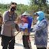 Kapolres Ngawi Bagikan 50 Paket Beras Bansos dan Masker Kepada Para Pemulung di TPA Desa Selopuro