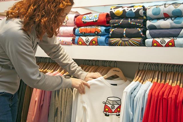 mulher escolhendo roupas no cabideiro