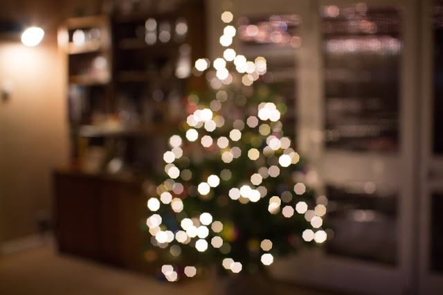 A blurred Christmas tree with Bokeh lights