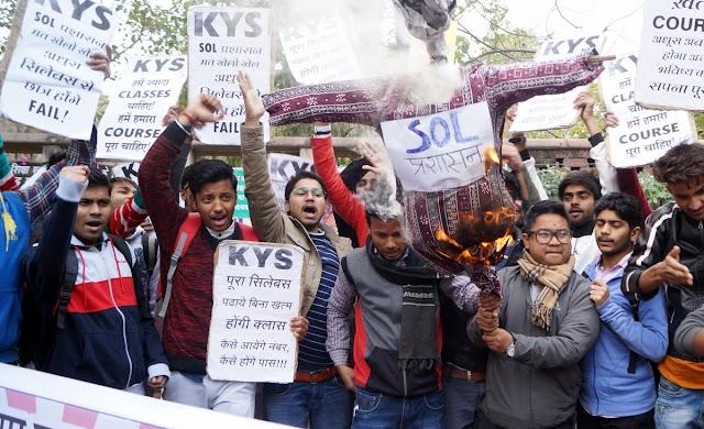 छात्रों का दिल्ली विश्वविद्यालय के आर्ट्स फैकल्टी पर धरना प्रदर्शन