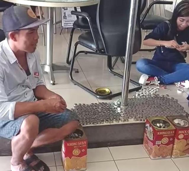 Wahyudi warga Banyuwangi beli motor NMax dari uang koin hasil tabungannya.