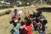 Tanamkan Jiwa Nasionalisme, Binmas Noken Polri Gelar Polis Pi Ajar di Kampung Jiginikme, Puncak Jaya