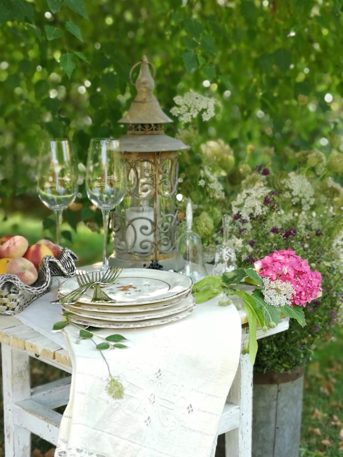apparecchiare per un aperitivo in giardino