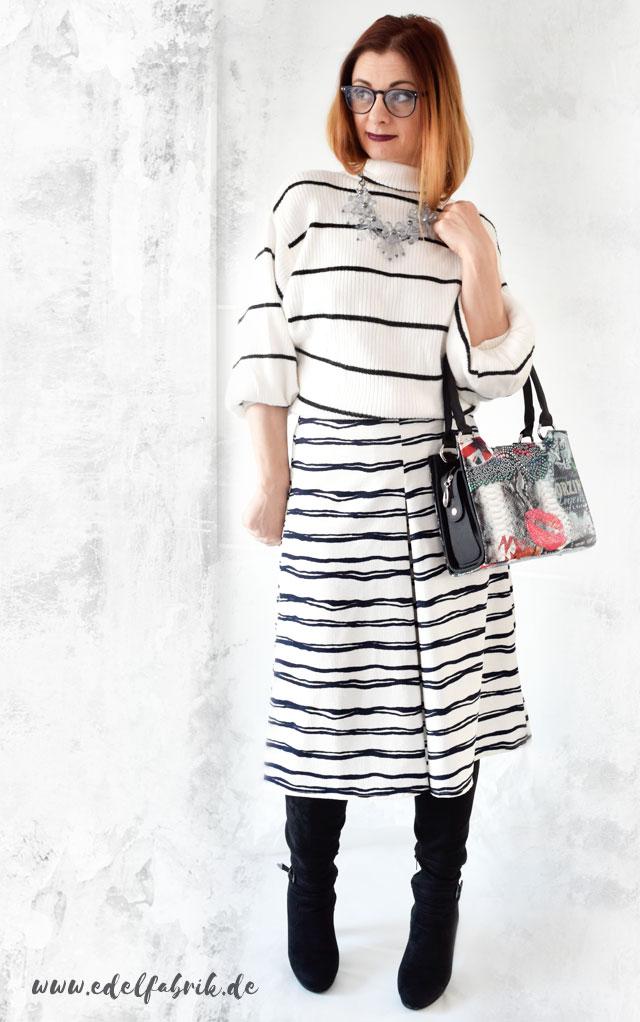 Streifenlook mit Pullover und Culotte in Schwarz und Weiß, die Edelfabrik
