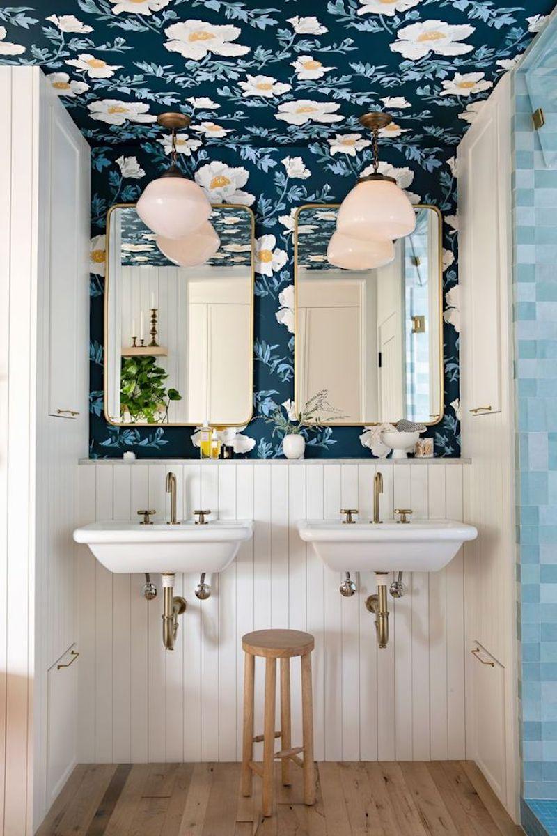 Baño rústico con friso de madera y papel pintado de flores en la pared y el techo