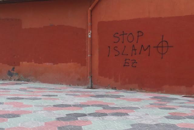 Pintada frente a la entrada del colegio Larrea
