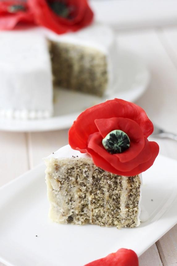 торта с макове от фондан, захарно тесто и блатове с маково семе