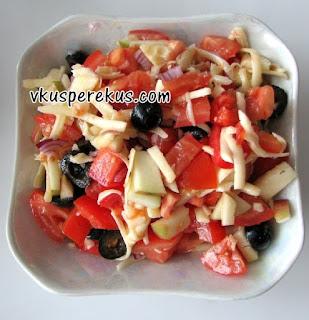 салат из помидор, маслин, яблок и сыра