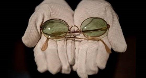 Un paio di occhiali da sole John Lennon sono venduti all'asta per 165.000 euro