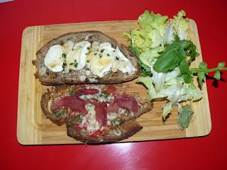 Bruschettas tomate mozza et bresola et bruschettas chèvre miel