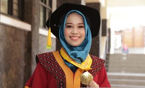 Ambil Tema Skripsi #2019GantiPresiden, Mahasiswi Unpad Ini Jadi Wisudawati Terbaik