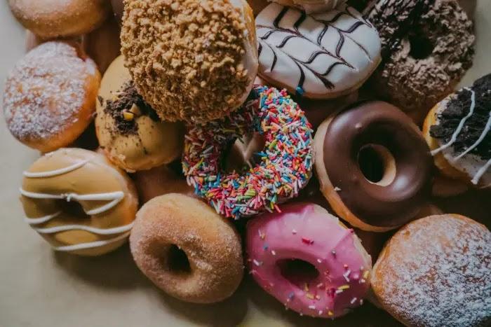 makanan manis menjadi salah satu makanan penyebab jerawat yang harus dibatasi