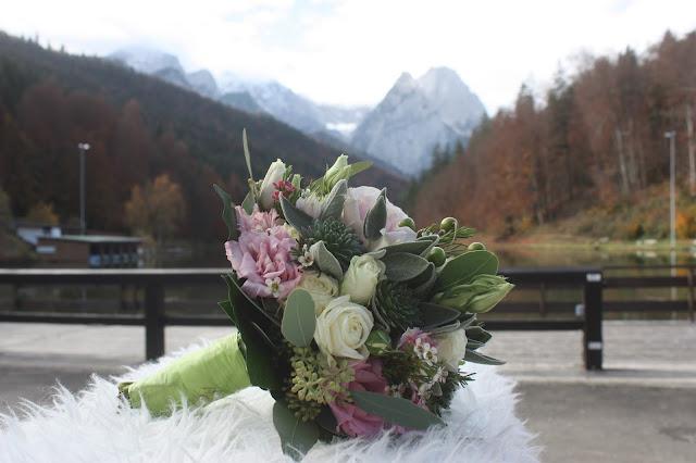 Brautstrauß Rosa Grün, Romantische Herbsthochzeit in den Bergen von Garmisch-Partenkirchen, Vintage-Style, heiraten im Hochzeitshotel Riessersee Hotel; wedding destination abroad Bavaria