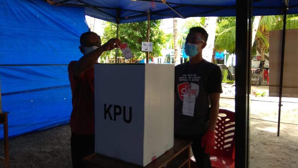 Anggota Komisi II DPRD Kabupaten Kep. Selayar Memilih di TPS Desa Rajuni