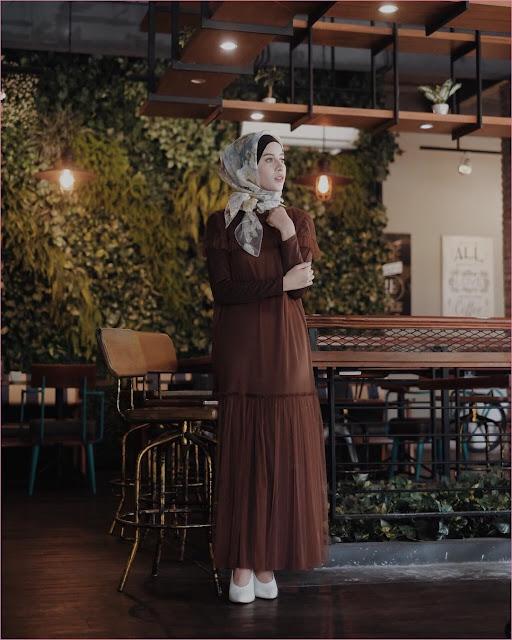 Outfit Baju Gamis Berhijab Ala Selebgram 2018 dress gamis abaya coklat tua terbaru segiempat hijab square organza kuning high heels wedges loafers and slip ons putih ciput rajut hitam trendy 2018 ootd outfit selebgram