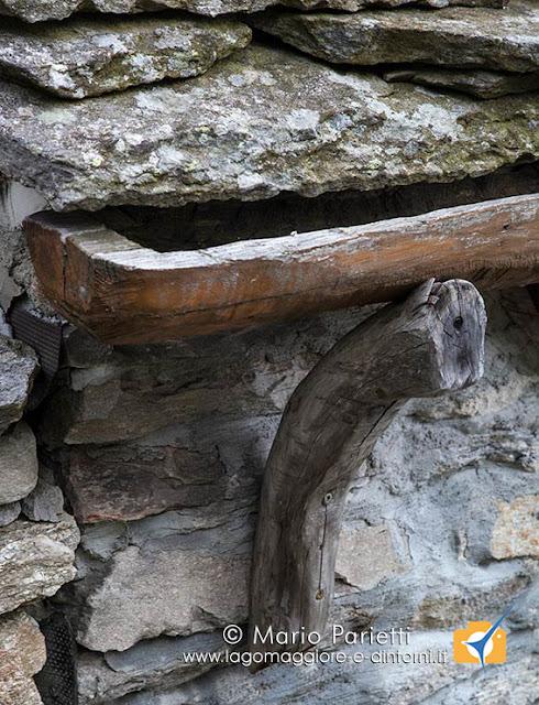 Tetti in piode e canali in legno