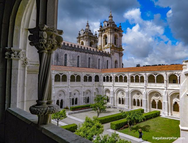 Claustro de D. Dinis, no Mosteiro de Alcobaça, Portugal