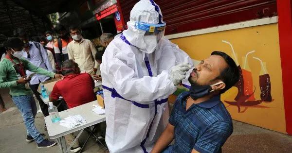 Bloomberg : «Έρχονται έξι πολύ δύσκολοι μήνες – Και θα εμβολιαστείτε και θα μολυνθείτε»!