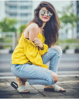 best photo poses for girl in jeans