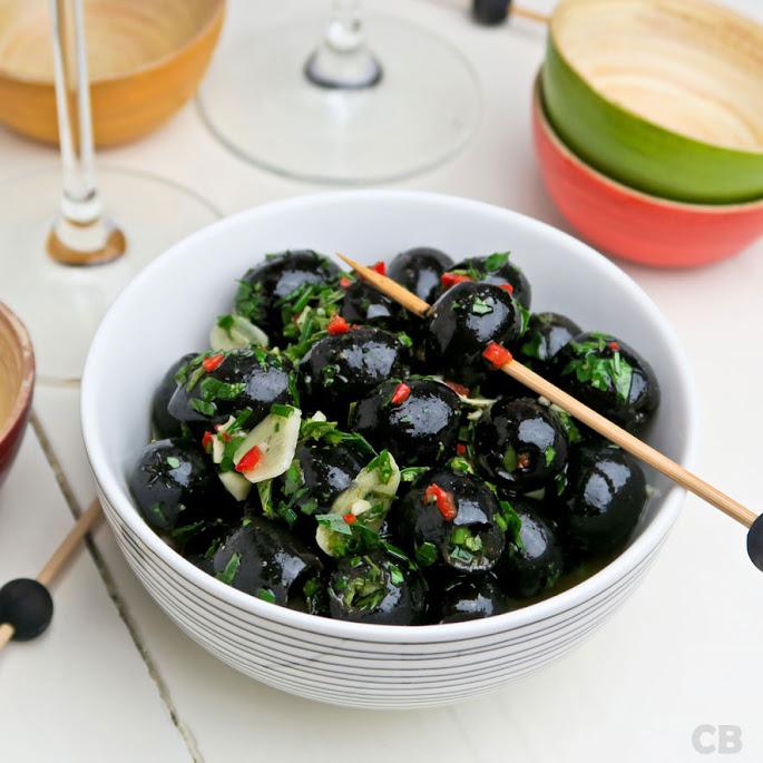 De gemarineerde olijven voor bij de tomatensalade