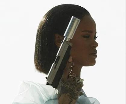 """Rihanna aparece armada y con los senos afuera en las previas del video de """"Needed Me""""."""