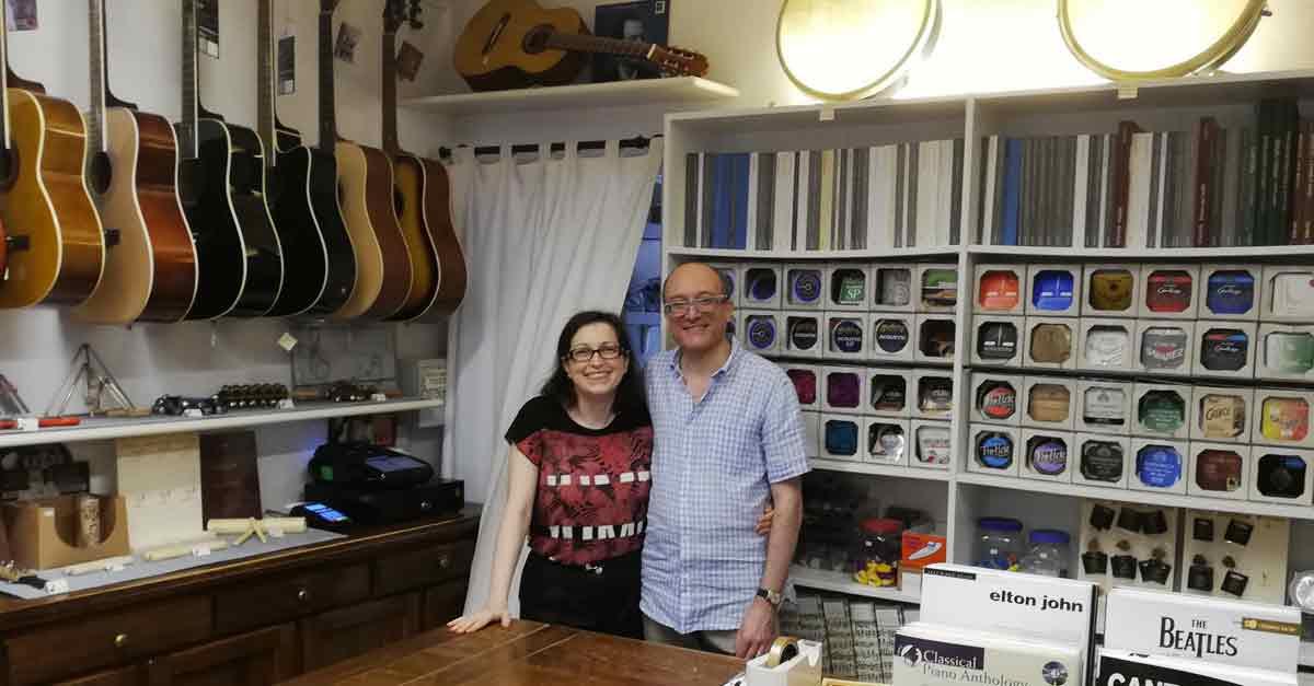 I gestori di ''Mille e una nota'', l'ultimo negozio di strumenti musicali di Venezia