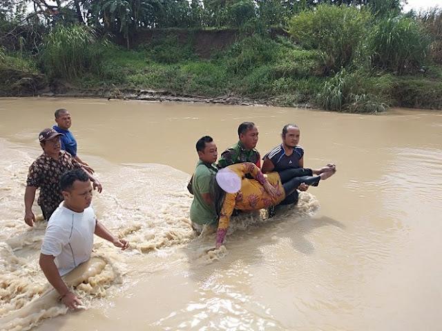 Babinsa Bantu Evakuasi Jenazah  Imronah Yang Ditemukan Di Sungai Jragung