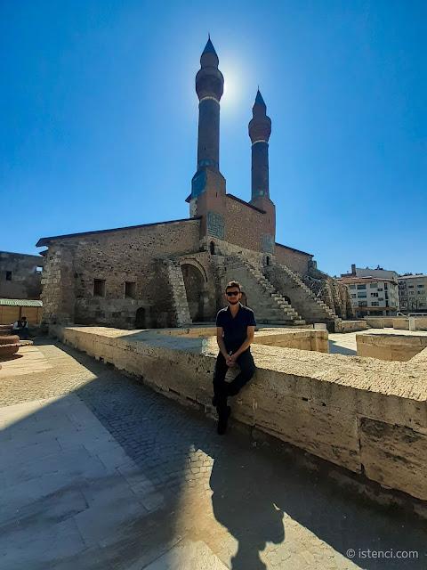 Harun İstenci Sivas'ta Çifte Minareli Medrese (Cüveyni Dar-ül Hadisi) önünde...