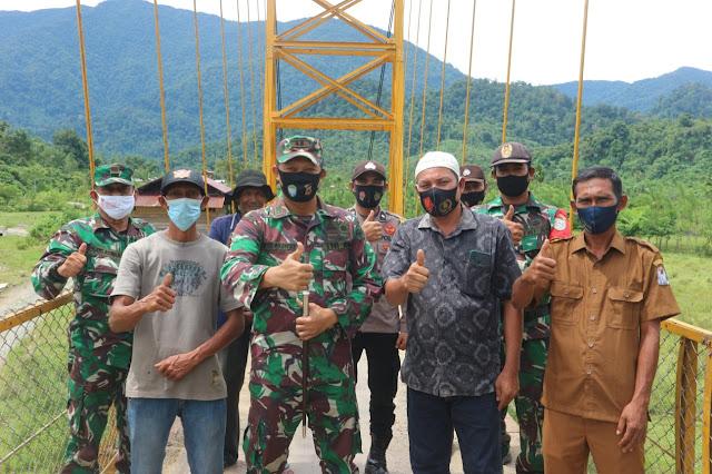 Potret Dandim 0105/Aceh Barat Di Atas Jembatan Besi Gantung Desa Sikundo (Adat)