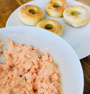 bol de rillettes de saumon et en arrière plan des bagels