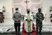 Kembali Lagi, Polsek Menjalin Bersama Danramil Lakukan Pengamanan Di Gereja Khatolik St. Petrus Dan Paulus Menjalin