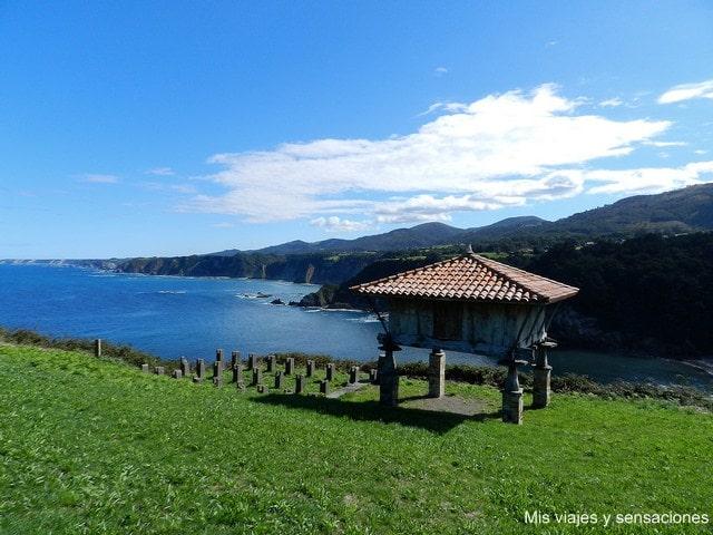 Vistas de la playa de Cadavedo desde la ermita de la Regalina, Asturias
