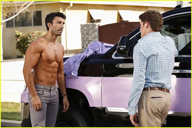 Justin Baldoni sem camisa no set filmagens do episódio 3x05 de Jane the Virgin