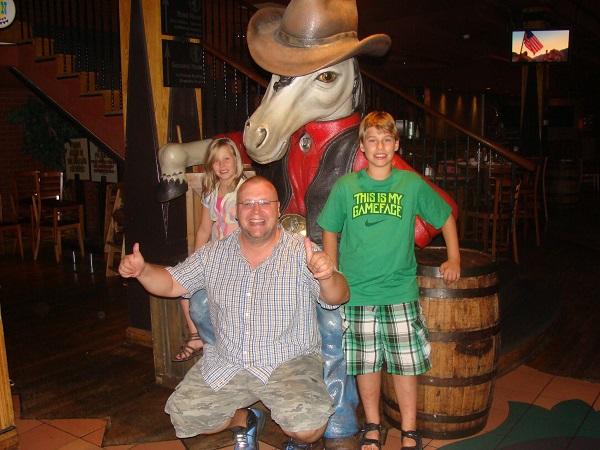 Vor dem Maskottchen des Wild Horse Saloon in Nashville, Tennessee