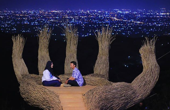 spot foto instagrammable hutan pinus pengger
