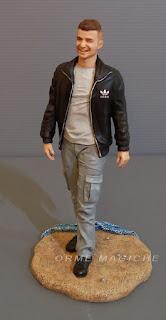 statuine personalizzate ragazzo sulla spiaggia persona in miniatura orme magiche