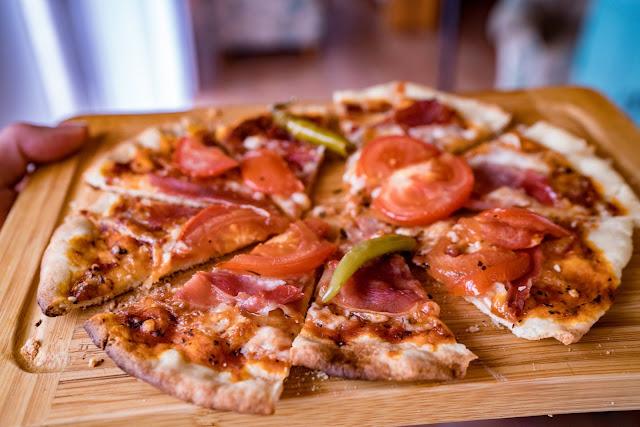 Pizzabacken im Wohnzimmer | Steinofenpizza aus dem Kaminofen mit Pizza Casa | So gelingt dir Pizza wie beim Italiener! Pizzastein-Schamott Pizzateig-Rezept 01