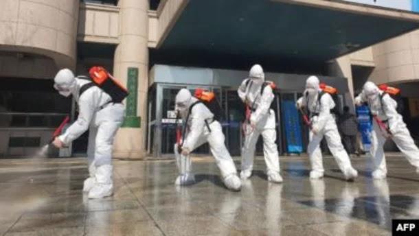 """هل ينتقل فيروس كورونا في الهواء؟ دراسة أمريكية تكشف احتمالية مرعبة، و""""أول دواء للمصابين به"""""""