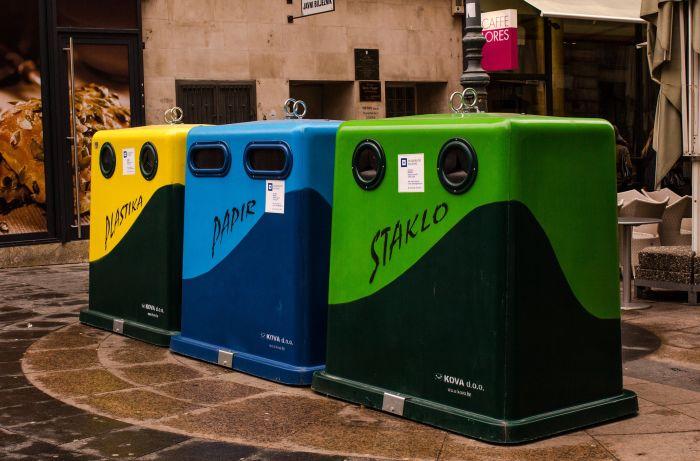 Contenedores de reciclaje de papel y cartón en la comunidad