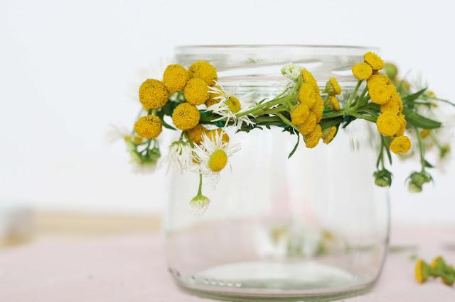 Deko-Kerze mit frischen Blumen basteln