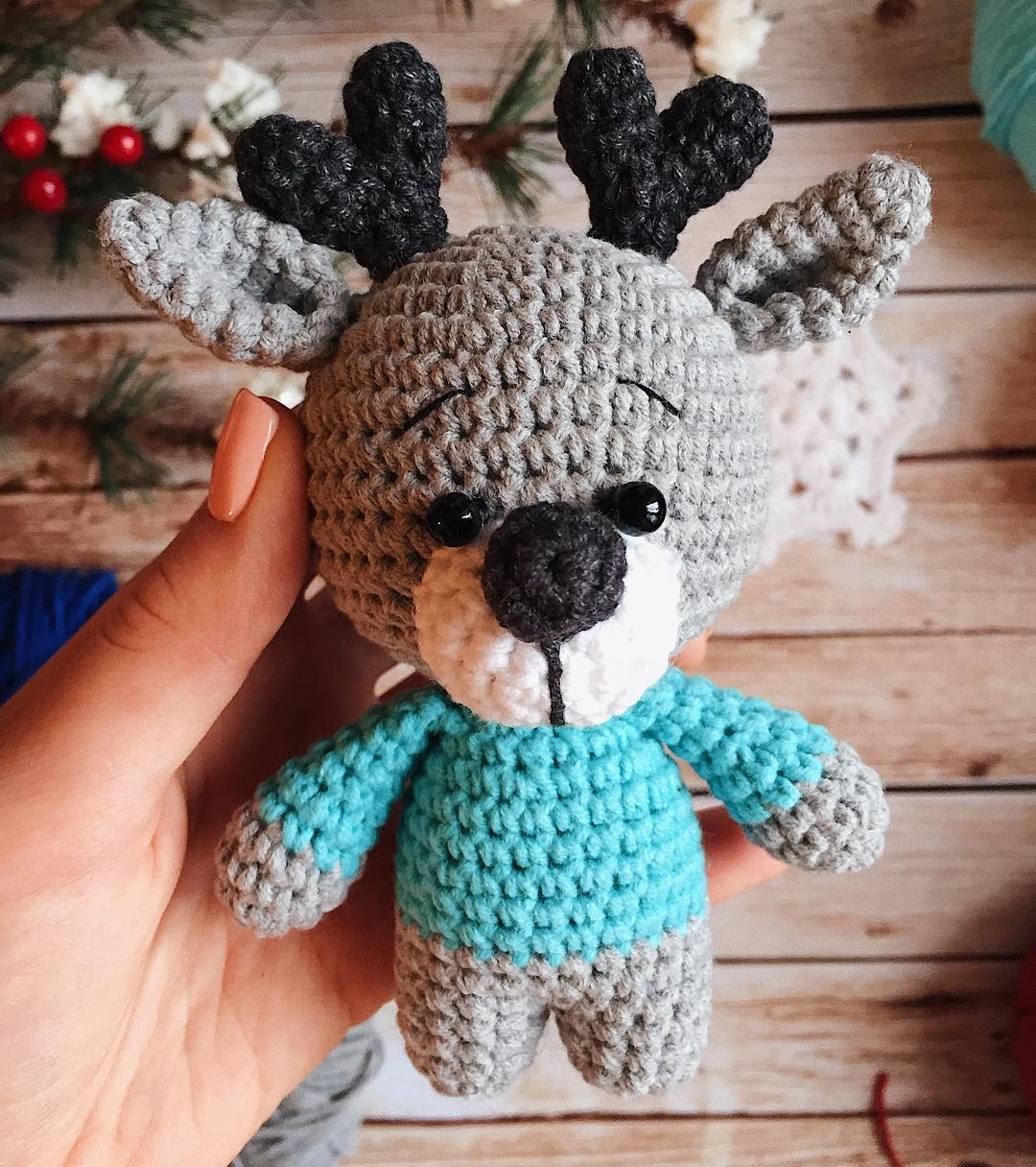 Cuddle Me Reindeer crochet pattern - Amigurumi Today | 1216x1080