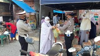 Tangkal Covid-19, Kasat Lantas Polres Lutra AKP Syarifuddin Pimpin Aksi Berbagi Masker