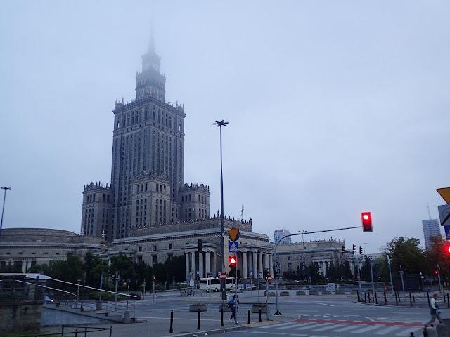 Poranek w warszawskim Śródmieściu