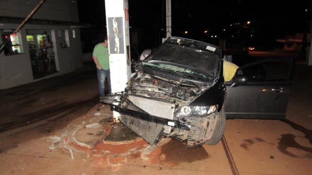 Jovem perde o controle do carro e bate na bomba de combustível: Veja o Vídeo