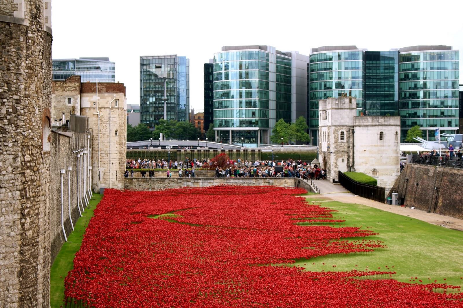 22c7ed0872 Blood swept lands and seas of red: monumentale installazione di Paul  Cummins e Tom Piper alla Torre di Londra per commemorare il centesimo  anniversario ...
