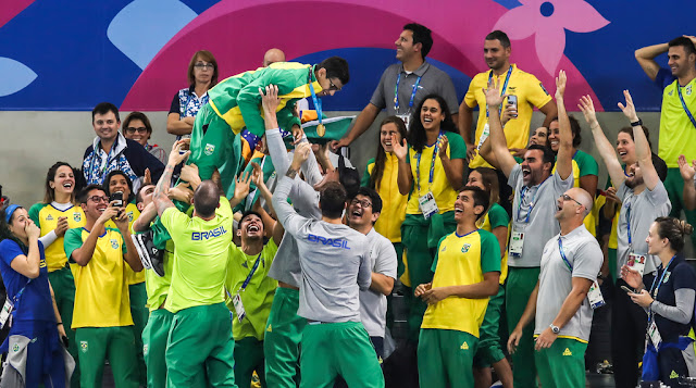Guilherme Costa é jogado pro alto após ganhar o ouro nos 1500m em Lima 2019