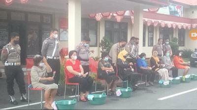 Peringati Hari Ibu, Anggota Polres Minut Basuh Kaki Ibu Sebagai Tanda Syukur