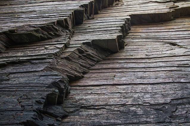Las rocas metamórficas resultan de la transformación de las rocas preexistentes (ya sean rocas ígneas, rocas sedimentarias u otras rocas metamórficas) en el interior de la Tierra mediante un proceso llamado metamorfismo.