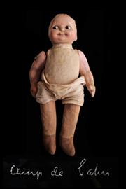 cent photographies de poupées symbolisent les enfants des camps français de la seconde guerre mondiale